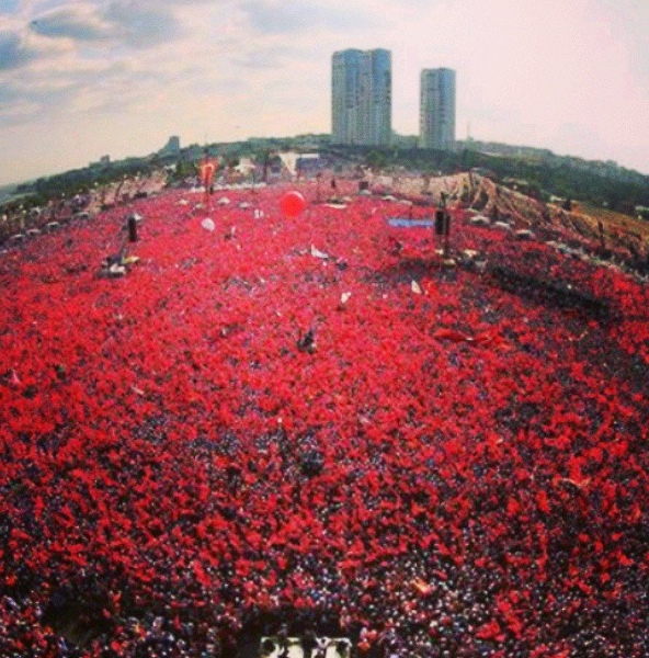A wide angle view of the AKP rally.